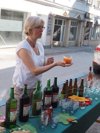 Gabi Konrad bietet ihre köstlichen Säfte zur Verkostung an.